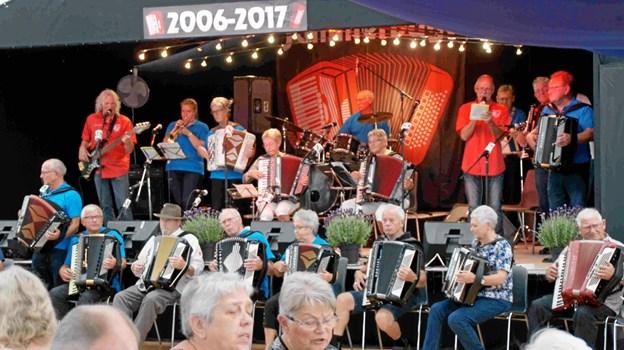 De mange orkestre kommer fra det ganske land for at glæde et stort og trofast publikum i teltet på Højgaarden ved Hjortdal. Foto: Jammerbugt Harmonikatræf