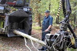 Mens andre holder ferie: Maskinfører rydder op i skoven vest for Aars