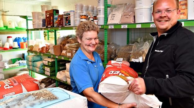 Lisbeth Hansen har overtaget Sæby Frøhandel fra Alexander Nielsen, som alene i fjor solgte 75 fugle- og gnaverfrø. Foto: Kurt Bering