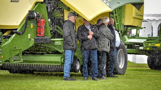 Godt at maskinerne er så store, at der er ly for regnen og det endda med et smil, hos Ejner Kirk (tv). Foto: Ole Iversen Ole Iversen