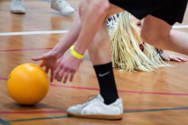 Hurtigt ned for at hente bolden. Foto: Claus Søndberg Claus Søndberg
