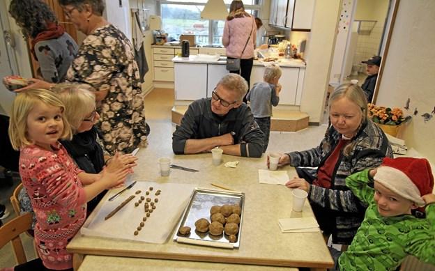 Børn og bedsteforældre arbejdede sammen om at klippe, klistre og bage. Her er det pebernødder, der trilles. Foto: Jørgen Ingvardsen