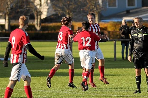 Ulsteds Morten Elsberg tiljubles efter scoringen til 4-2. Foto: Allan Mortensen