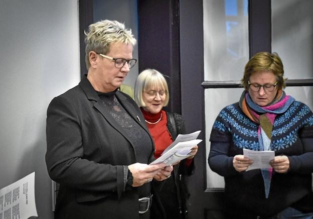 Sange, hvor lyset var temaet, blev sunget. Her borgmester Ulla Vestergaard, Skovridder Ditte Svendsen og museumsinspektør Museum Thy Charlotte Bøje Andersen. Foto: Ole Iversen Ole Iversen