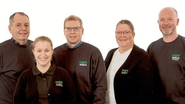 Her ses hele holdet i deres nye arbejdstøj. Senius har solgt møbler i Skagen siden 1924. Privatfoto.