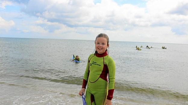 Èn af de yngste deltagere, 9-årige Signe Christensen synes, det er sjovt at få lov til at øve sig i at være livredder. Signe har hen over sommeren lært meget om vandaktiviteter, idet hun også deltog i svømmebadets svømmeskole, der blev holdt i den første uge af sommerferien. Foto: Tommy Thomsen Tommy Thomsen