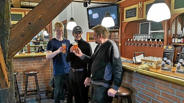 Emil Ussing og Theis Kassow som har tegnet etiketten til Medisterbajer smager på drikken sammen med brygmester Niels Thomsen i Løkken Bryghus.