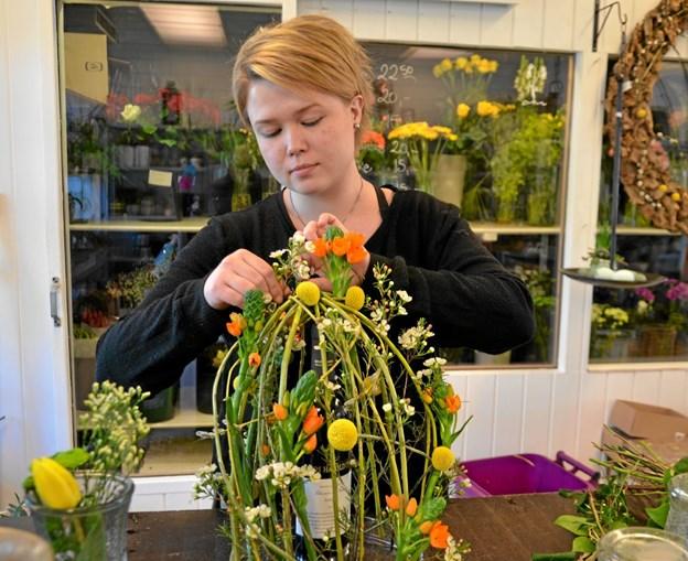 Natacha Møller i gang med en af sine kreative dekorationer, hvor der indgår både blomster og vin på en spændende måde. Foto: Jesper Bøss Jesper Bøss
