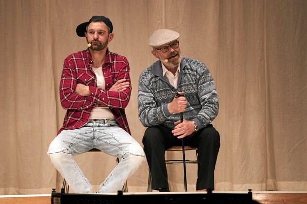 Thomas Mortensen (t.v.) og Kaj Mortensen på scenen i en sketch. Foto: Allan Mortensen