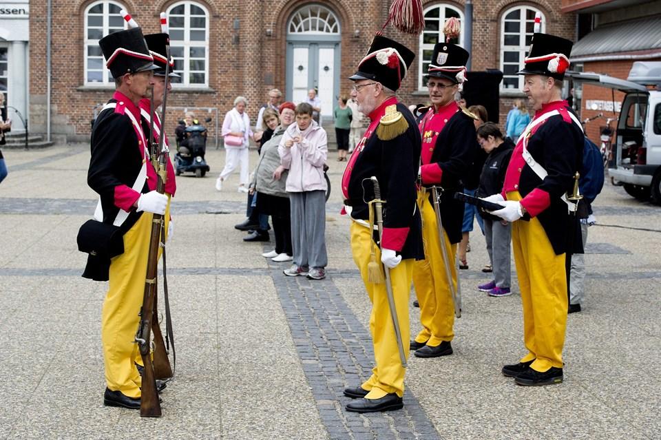Finn Dahl og Per Bruun Nielsen bydes velkommen af kaptajn John Bastrup. Foto: Henrik Bo