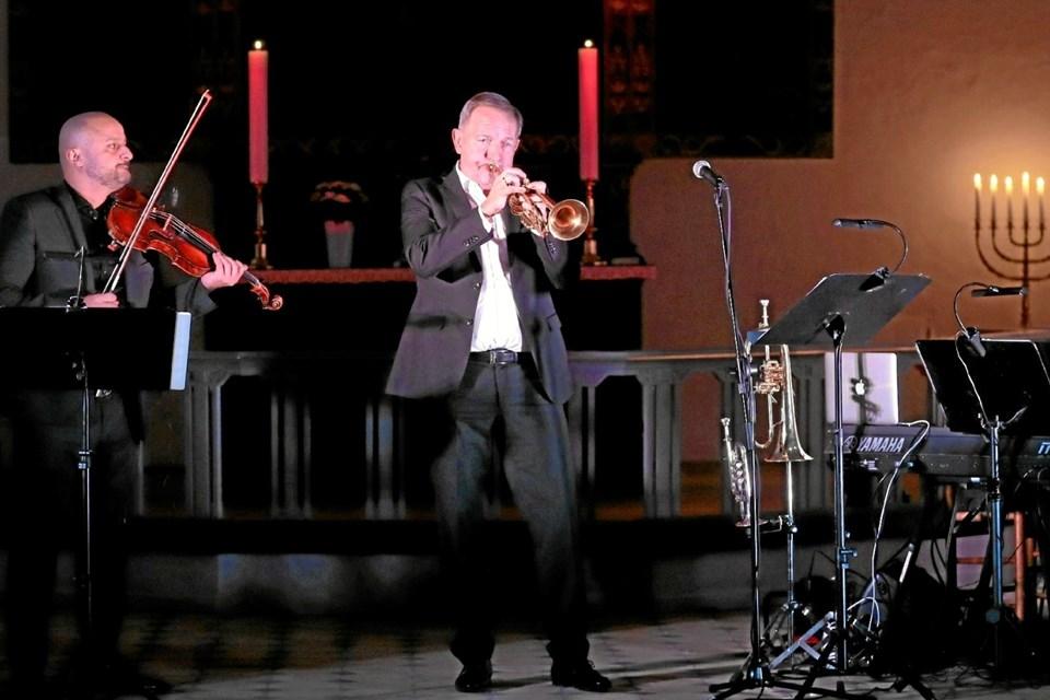 Per Nielsen blev akkompagneret af violinist Alexandru Radu og pianist Mads Granum. Foto: Allan Mortensen