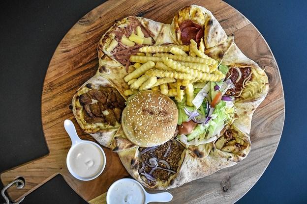 Vulkanpizzaen med masser af fyld, som kan vindes af tre heldige. Hver vinder kan hente to Vulkanpizzaer hos Zana. Foto: Ole Iversen