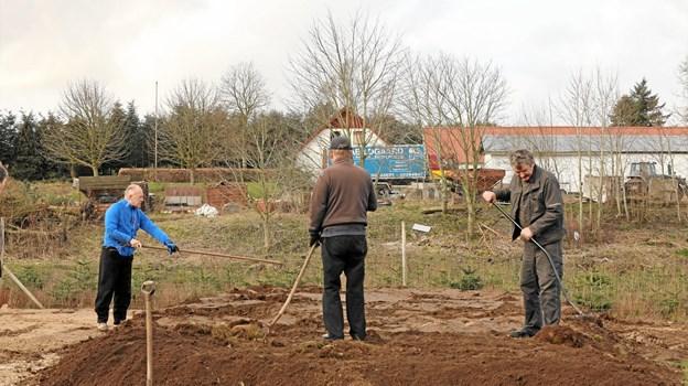Skovle og spader kom også i anvendelse. Foto: www.air-view