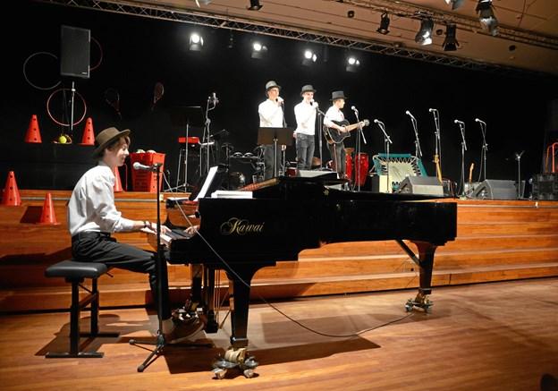 Forårskoncerten på Mariagerfjord Gymnasium bød på i alt 13 forskellige musikalske bidrag. Privatfoto