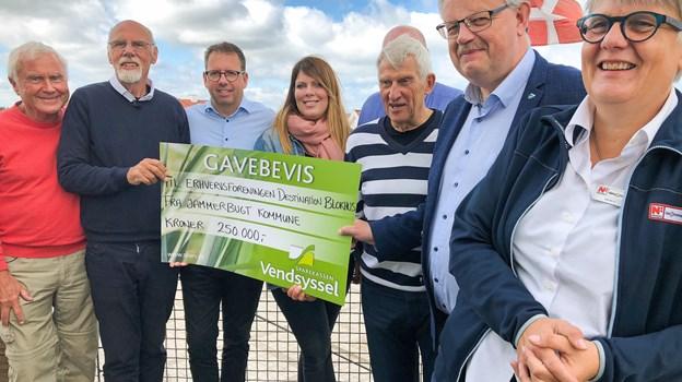 Repræsentanter fra Erhvervsforeningen Destination Blokhus og Jammerbugt præsenterede sammen det nye program og modtog en check fra Jammerbugt Kommune på 250.000 kroner.