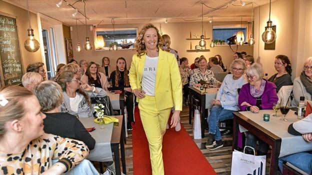 Gult kan man kun blive glad af. Det lette sommertøj blev vest frem ved Annes Hus´ to modeshows.. Foto: Ole Iversen Ole Iversen