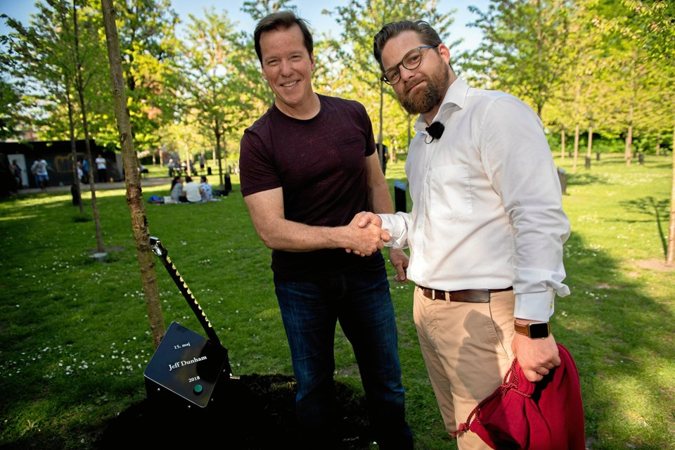 Træplantningen med Jeff Dunham var også første træplantning i Aalborg Kongres & Kultur Center, siden Nicolaj Holm tiltrådte som direktør for godt et år siden.