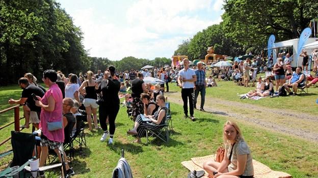 De mange spoændende løb og det gode vejr trak mange gæster til væddeløbsbanen. Foto: Jørgen Ingvardsen Jørgen Ingvardsen