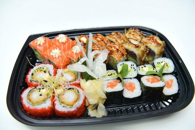 Laks, tun og anden udskåret, rå fisk eller skaldyr indgår blandt mange ingredienser i sushi, som bygger på en meget gammel asiatisk madtradition. Foto: Claus Søndberg