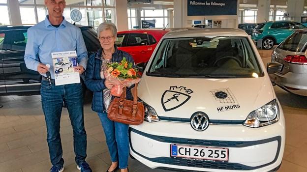 Ane Mette Christensen får her overdraget førstepræmien af Mors-Thy Lotteriet 2019: VW Take UP fra VW i Thisted. Til venstre salgsleder Henrik Larsen. Privatfoto