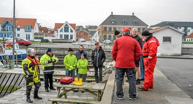 Undervisningen foregik gruppevis - dels mundtlig og herefter på vandet. Her ses Rita og Rasmus fortælle om opgaven. Foto: Mogens Lynge