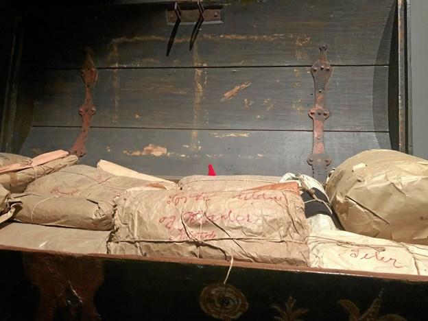 De røde huer er at finde over alt udstillingen og her gemmer en lille nisse sig i den gamle dragkiste. Privatfoto