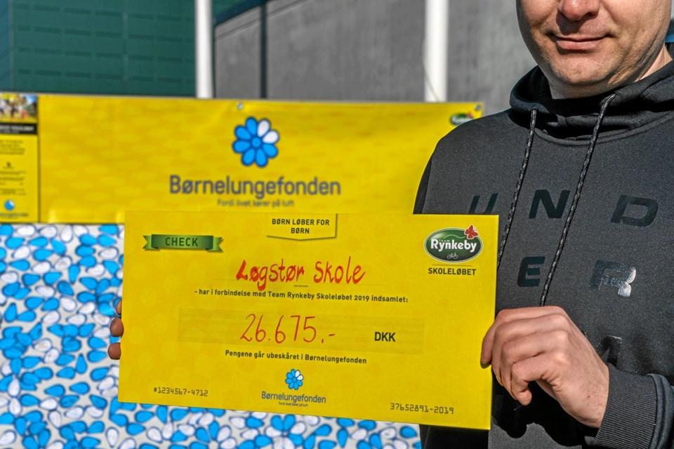Resultatet af børnenes anstrengelser, en flot check på kr. 26.675 til Børnelungefonden. Foto: Mogens Lynge Mogens Lynge