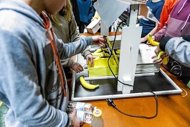 Som en del af opgaven skal eleverne konstruere en transportkasse til bananer, hvori temperaturen kun må stige så lidt som muligt – selvom den står under en glødende varmelampe. En udfordring som bananproducenter i Indien, som Danfoss samarbejder med, står med til daglig.