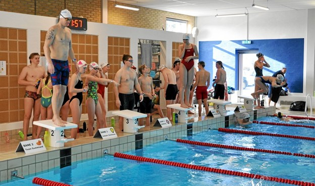 Så snart en svømmer havde fuldført og slået hånden i bassinkanten, så sprang den næste fra holdet hen over den ankommende og i vandet, således at der blev svømmet uden afbrydelse i 24 timer. Foto: Ole Torp