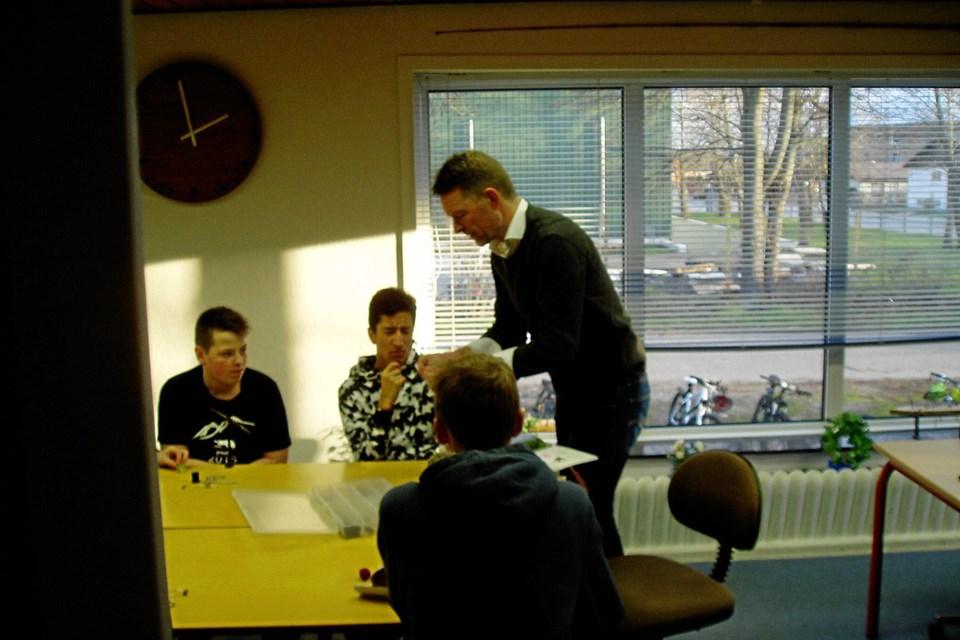 Lærer John Christensen fra Frydenstrandskolen forklarer om fluebinding.