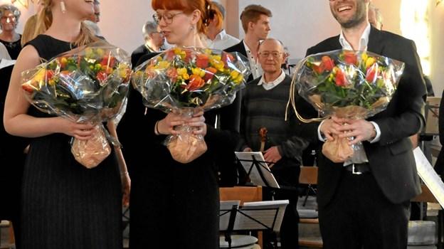 Dirigenterne Johanne Grønkjær og Anders Olesen samt mezzosopranen Gaia Falkenfleth fik en buket blomster efter koncerten. Foto: Arne Kvist Jensen
