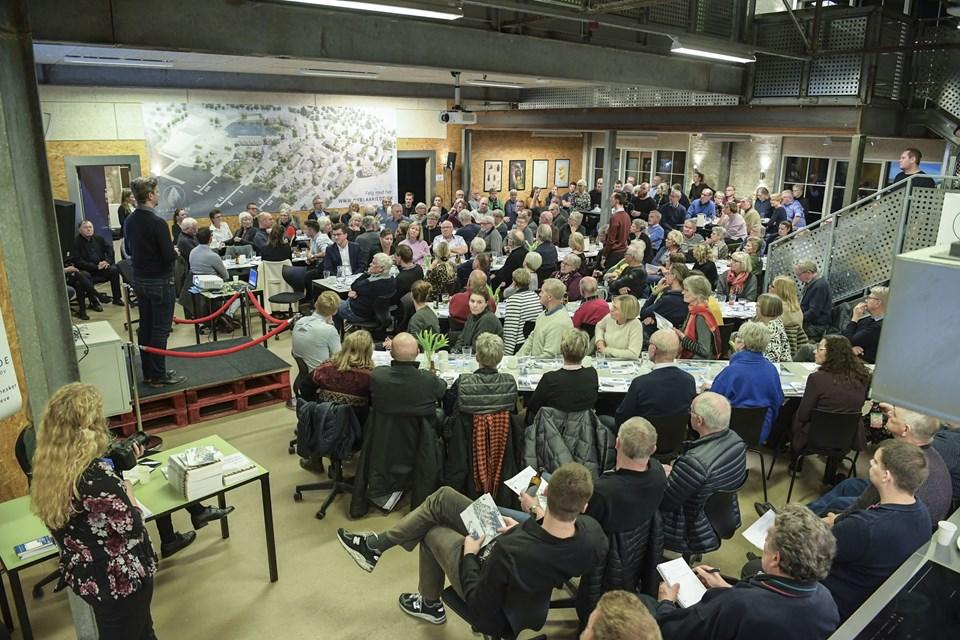 """Der var fuldt hus i VUC-bygningen på Blåkildevej i Hobro, da der tirsdag aften var borgermøde om planerne for et nyt boligområde, """"Ny Blaakilde"""". Foto: Michael Koch"""