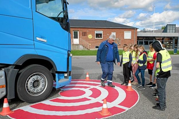 John Jensen fortæller om de kritiske zoner og blinde vinkler, hvor en chauffør har svært ved at se fodgængere, cyklister og andre bløde trafikanter. Foto: Niels Helver Niels Helver