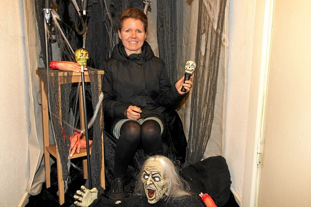Konni Nielsen i et meget uhyggeligt fotostudio. Foto: Flemming Dahl Jensen