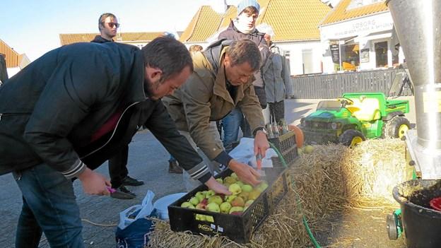 Det er et rigtigt æbleår i år, og der kom masser af æbler da Restaurant Løkken Badehotel mostede æbler på Torvet. Næsten 500 liter blev det til. Foto: Kirsten Olsen