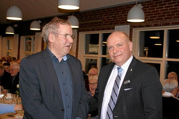 Formanden for seniorklubben, Harry Gade til venstre fik en hyggesnak med Søren Gade før foredraget. Foto: Hans B. Henriksen