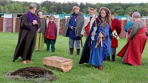 Mandebod tog sin start ude foran Fyrkathuset - med begravelsen af et barn - som en påmindelse om soten (pesten), der tog hårdt for sin dengang for over 1000 år siden. Med bøjet hoved præsten Hildebrand (Mogens Halvas). Picasa