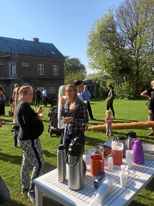 Lokale butikker havde sponseret, at deltagerne i indvielsen også fik lidt at spise og drikke. Privatfoto