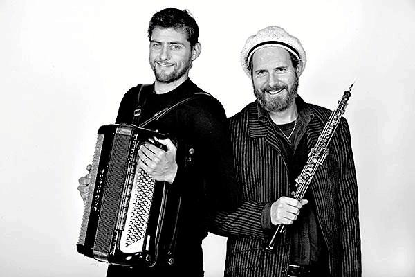 Singh & Goldschmidt består af Anders Singh Vesterdahl på harmonika og Henrik Goldschmidt på obo og vokal.