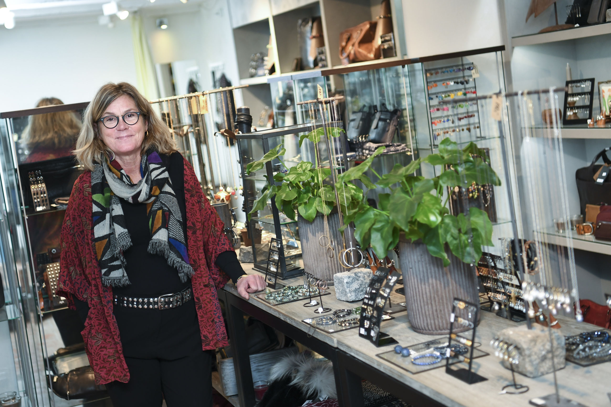 Jette Raal fra Kunst & Klæ'r og en gruppe andre forretningsdrivende i Nørregade har samlet brugt tøj ind i hjemløse og andre trængende. Arkivfoto: Mette Nielsen