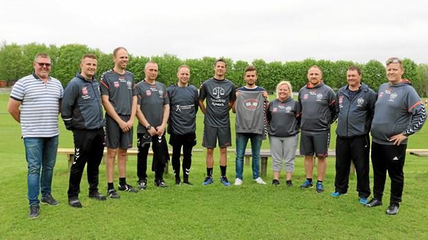 Et udsnit af de frivillige trænere i Terndrup IF Fodbold, samt Benny Kudahl fra Kudahls Køreskole. Foto: Privat