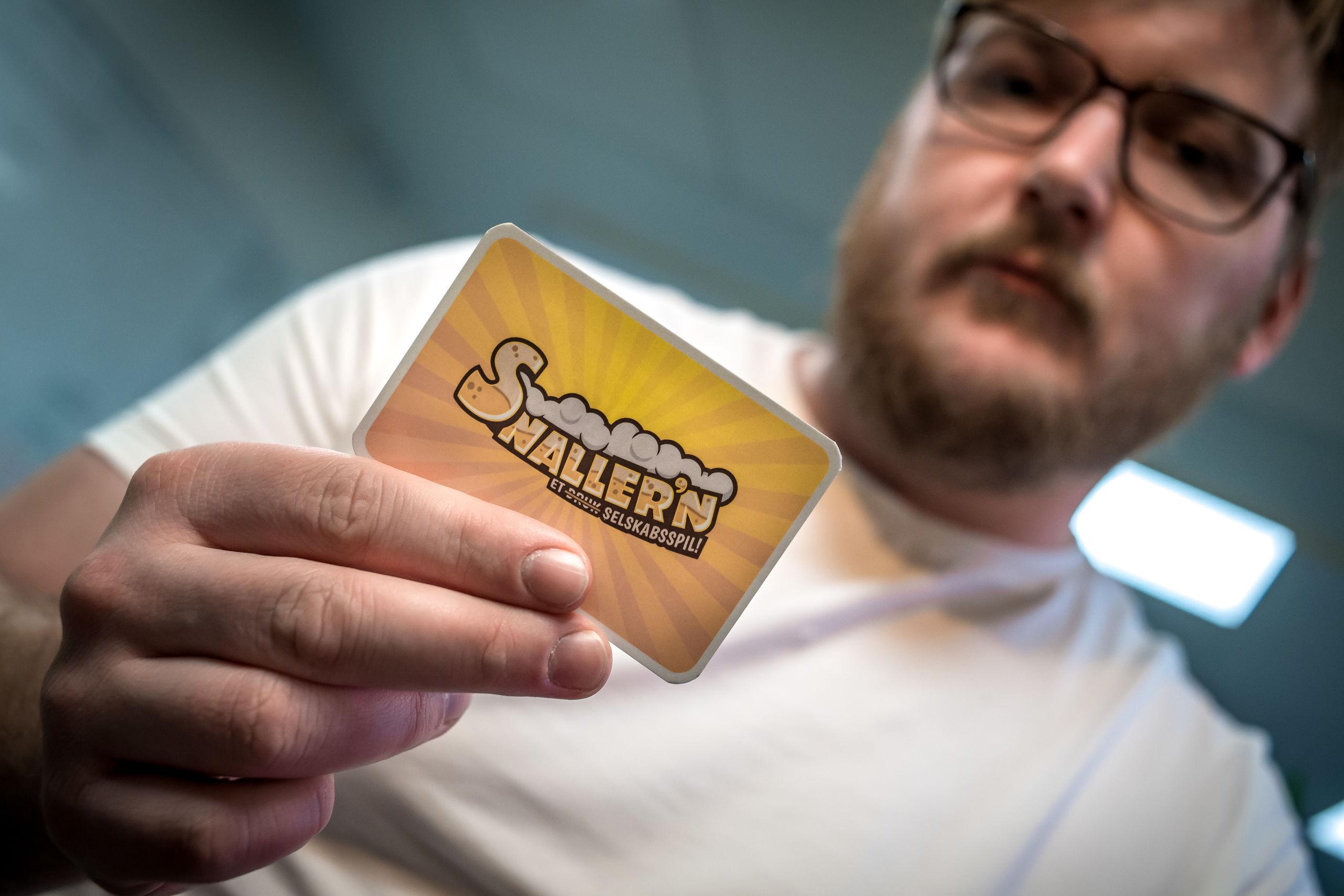 Her ses Rasmus Nielsen, der er én af de tre iværksættere i Geo Games, med et kort fra spillet. Foto: Martin Damgård
