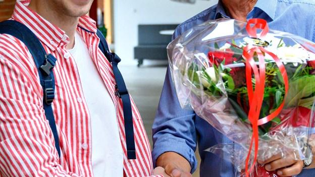 Rektor Per Knudsen var klar med blomster.Foto: Kurt Bering Kurt Bering