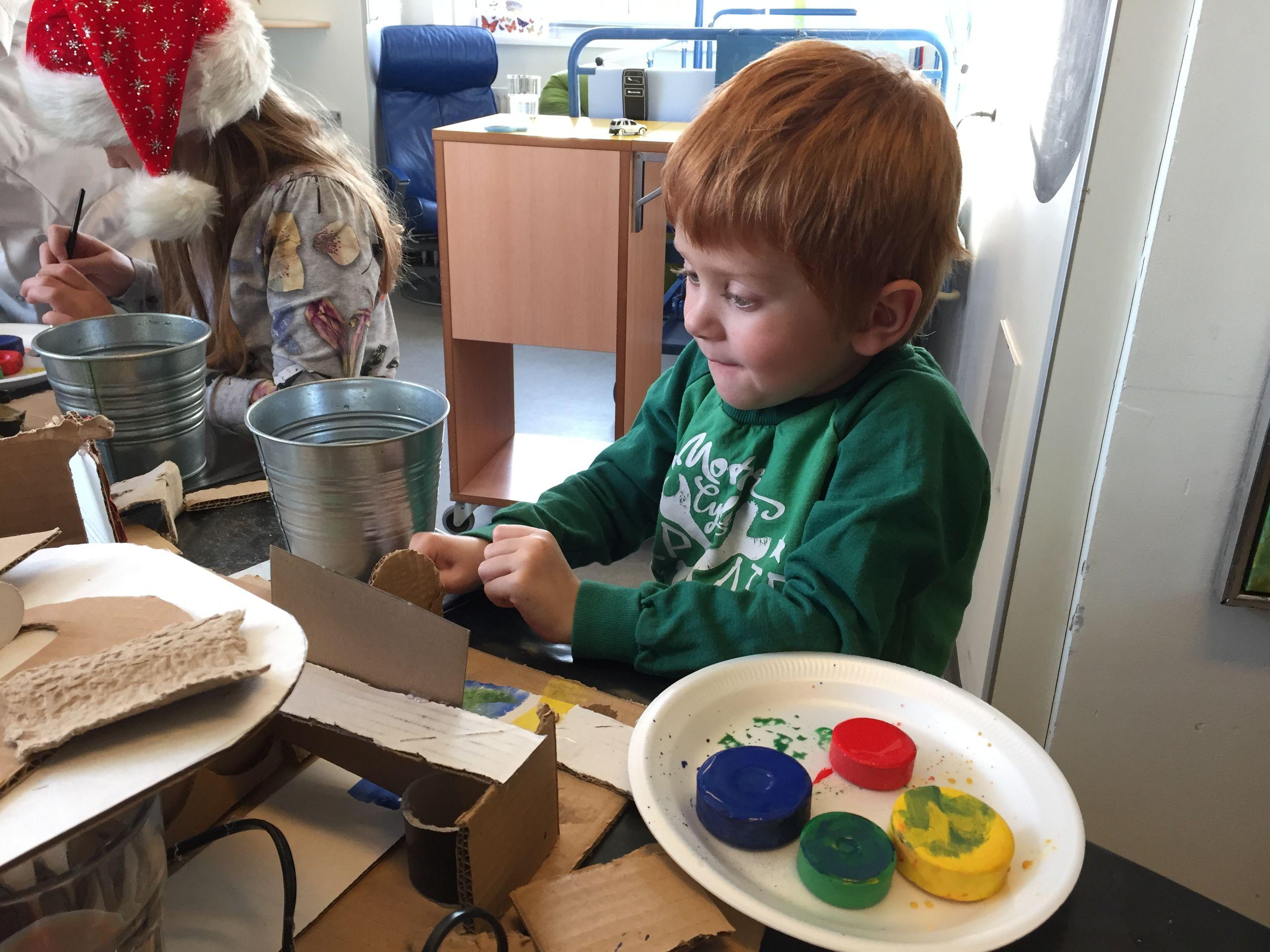 Kunsten har lavet et fast samarbejde med børneafdelingen om kreative workshops for de syge børn og deres pårørende. Foto: Kunsten