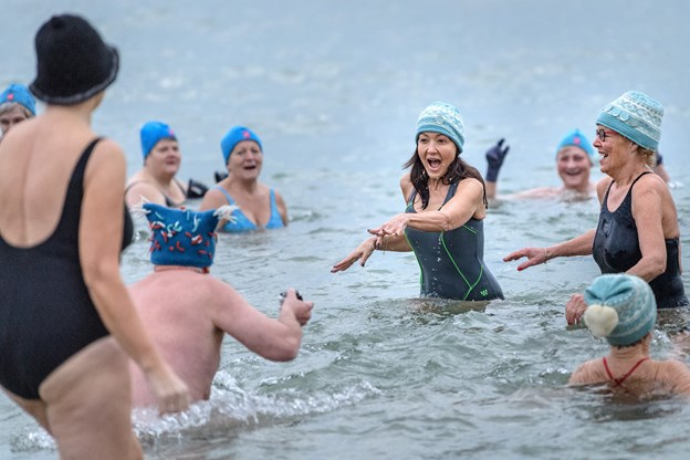 Grevinde Alexandra var i den grad i fokus, da årets Vinterbaderfestival i Skagen tradition tro startede fredag morgen ved solopgang. Foto: Peter Broen