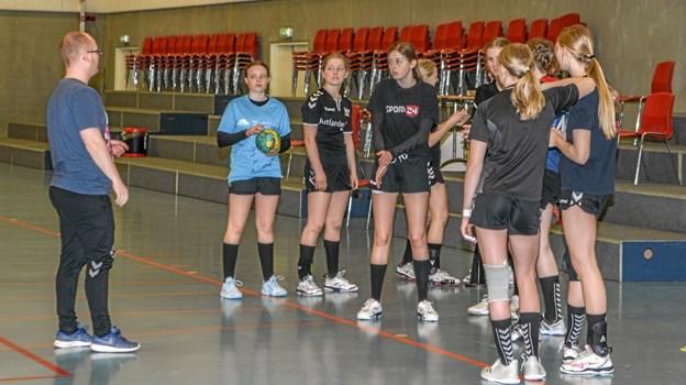Det er søndag formiddag og pigerne er til træning. Her ses de sammen med træneren Nick Person. Foto: Mogens Lynge