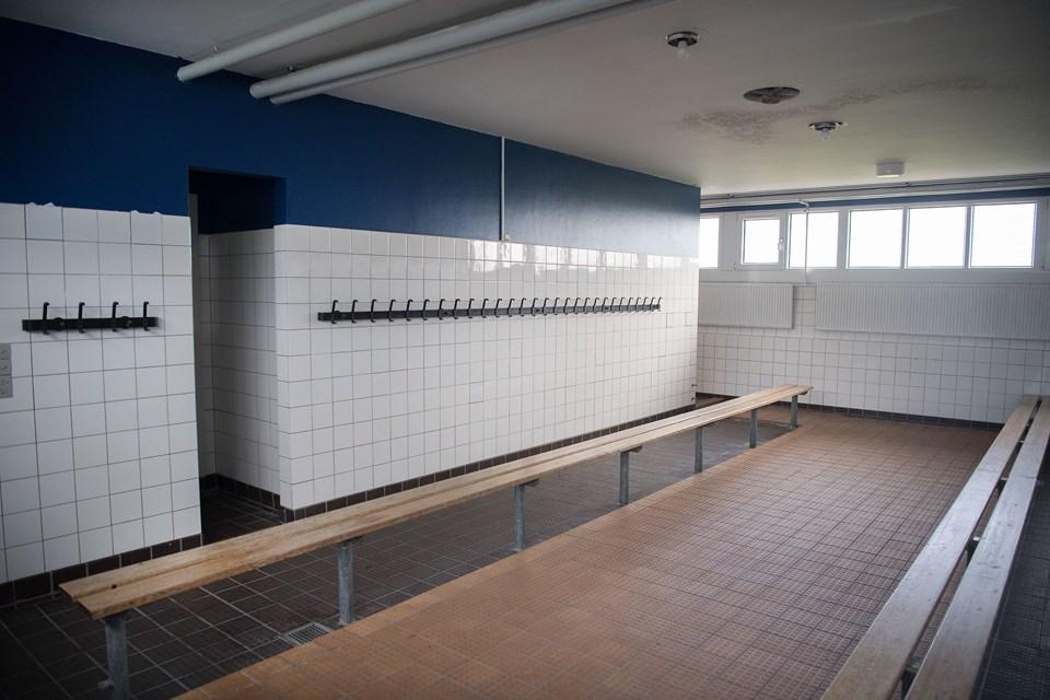 I første omgang er det kun den del af klubhuset, som omfatter omklædningsrummene, der renoveres. Fodboldklubben har planer om at søge kommunal støtte til at få renoveret resten af klubhuset. Foto: Hans Ravn
