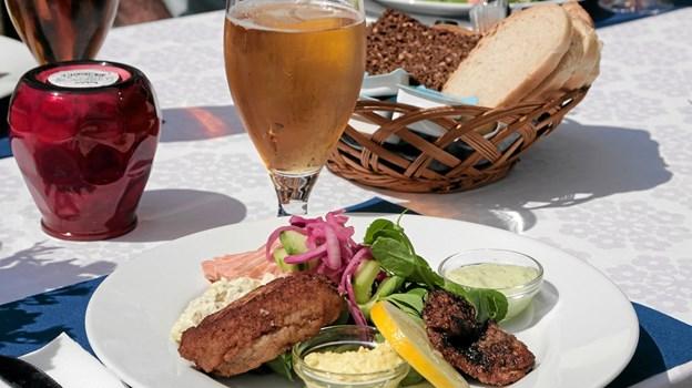 En lækker fisketallerken er på menukortet på Tversted Strandkro. Foto: Peter Jørgensen