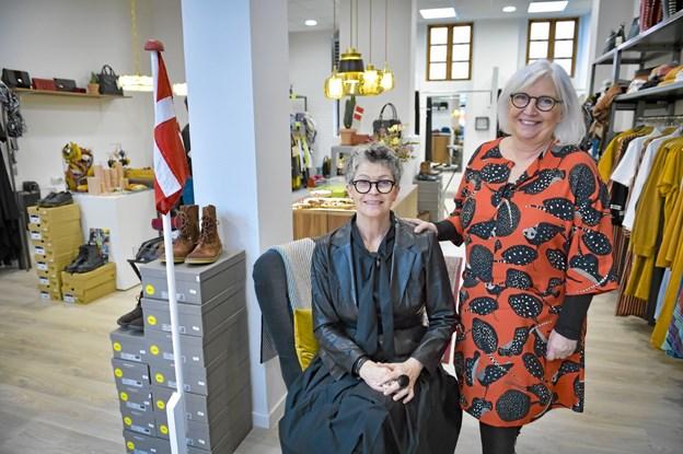 Lone Mærkedal Jensen (th.) har Karen Sennefelder (tv.) og Laila Hvass, som ansatte i butikken. Foto: Ole Iversen
