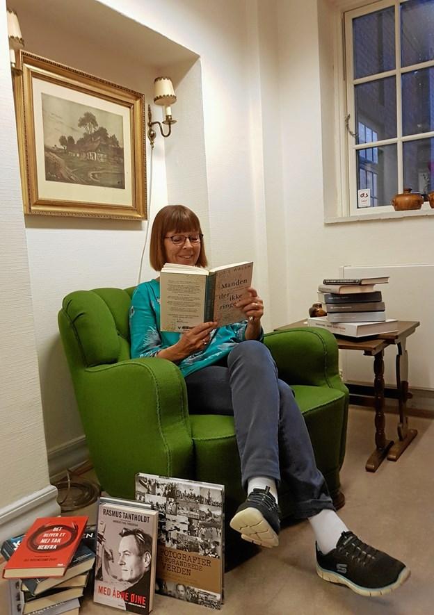 Bibliotekar Jytte Albrektsen vil være klar med anbefalinger til nye bøger, man kan give sig i kast med på tre bogcafeer.Privatfoto